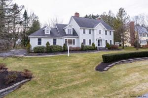 4 Turnberry Ln, Loudonville, NY 12211