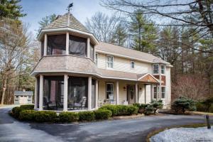 10 Bluebird Ct, Saratoga Springs, NY 12866
