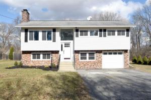 16 Thornberry Dr, Glens Falls, NY 12801