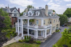 48 Union Av, Saratoga Springs, NY 12866