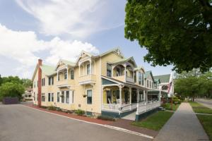 143 Union Av, Saratoga Springs, NY 12866-3518